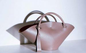 Принты, лого, необычные силуэты: как дизайнеры превращают сумки-шоперы в объекты желания