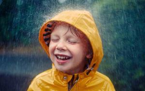 Четыре причины гулять с ребенком в плохую погоду
